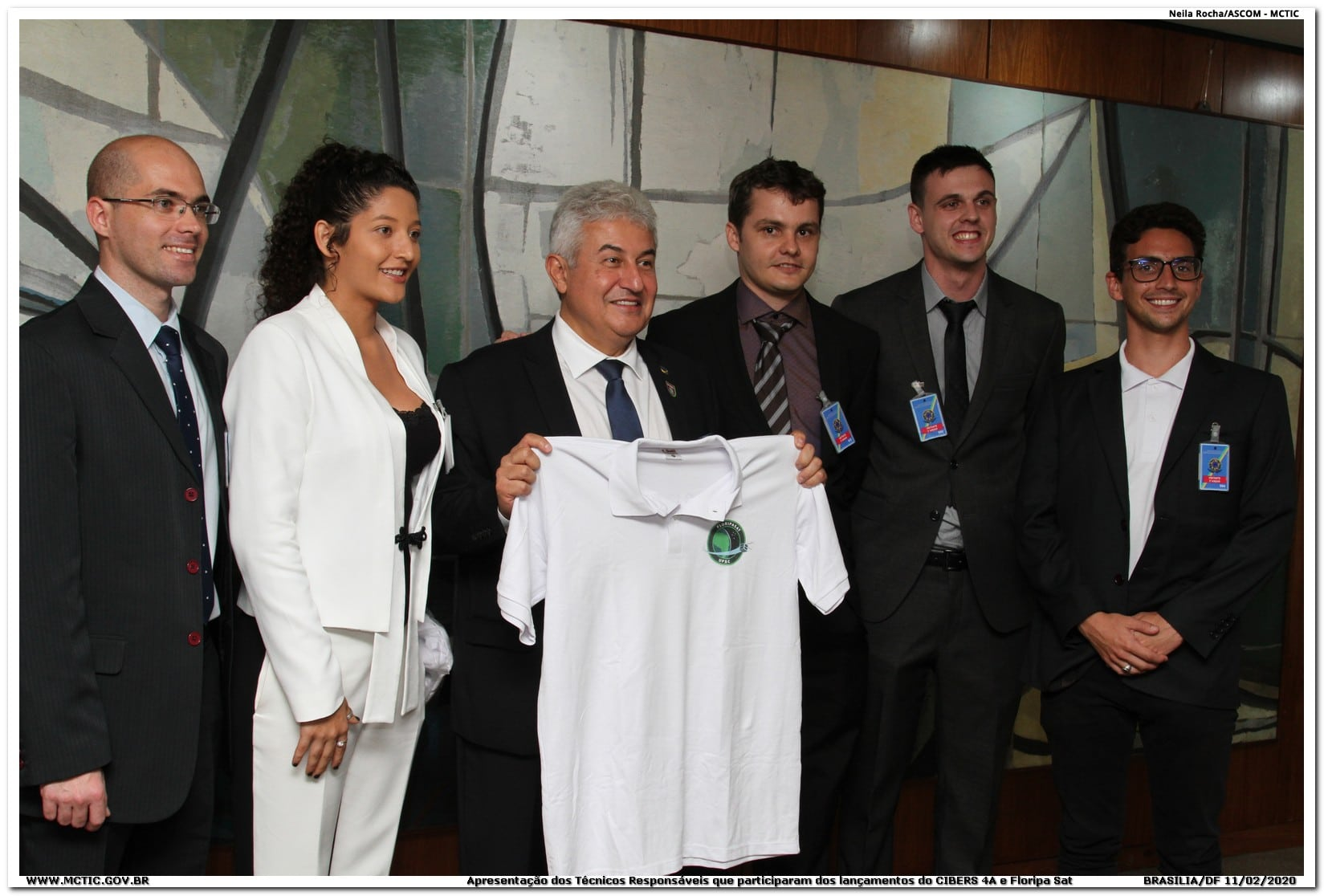 Marcos Pontes receives commemorative T-shirt from FloripaSat-1