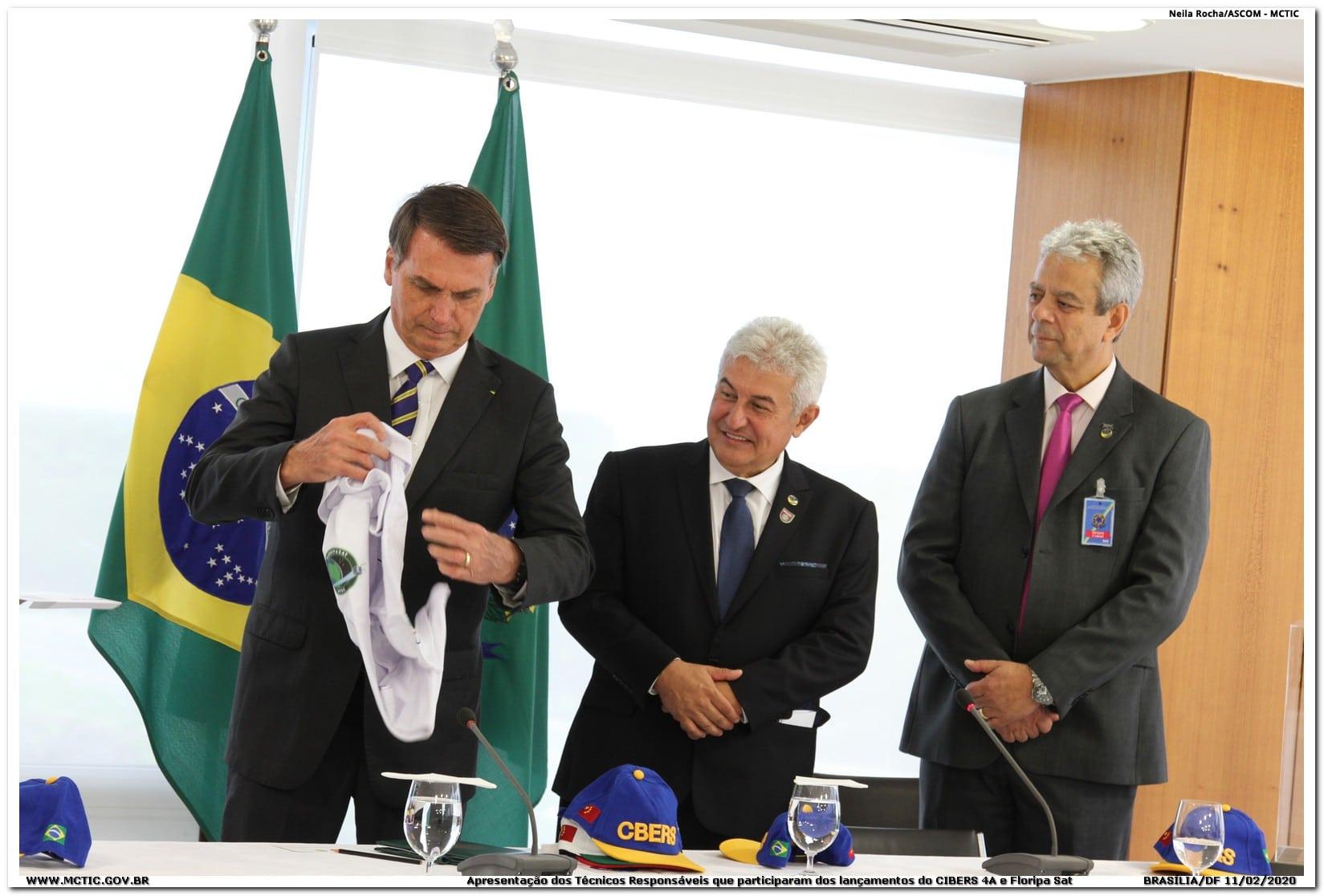 Bolsonaro recebe camiseta comemorativa do FloripaSat-1